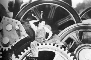 Cena de Charles Chaplin no trabalho - Filme Tempos Modernos