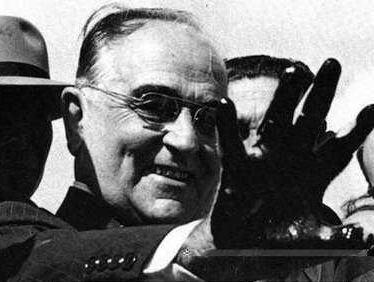 Getúlio Vargas com a mão enegrecida do petróleo