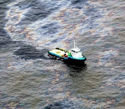 Derrame de petróleo causa impacto ambiental no mar do Rio de Janeiro