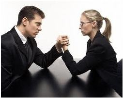 Queda de braço entre homem e mulher no trabalho