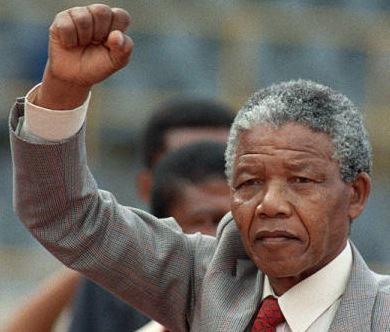 Retrato de Nelson Mandela com o braço levantado e punho fechado.