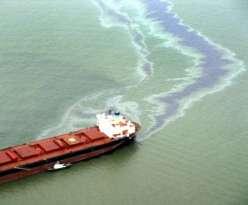 Navio derrubando petróleo na água