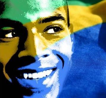 Racismo no Brasil: um negro e a bandeira brasileira ao fundo.