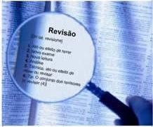 Lupa mostrando as etapas da revisão em um texto