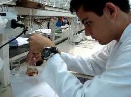 Químico fazendo uma titulação